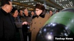 Severnokorejski lider sa navodnim nuklearnim oružjem. Fotografiju je objavila Državna Korejska centralna novinska agencija