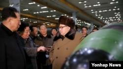 朝鲜领导人金正恩与朝鲜核武器研究人员会面(资料照片)