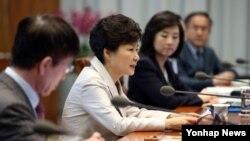 한국 박근혜 대통령이 4일 오전 청와대에서 열린 대통령 주재 수석비서관회의에서 발언하고 있다.