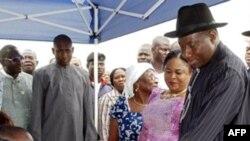 Tổng thống đương nhiệm Nigeria Goodluck Jonathan (thứ nhì bên phải) đăng ký bỏ phiếu tại Otuoke, Nigeria, ngày 16 Tháng 4, 2011