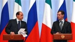 دمیتری مدودف رییس جمهوری روسیه به همراه سیلویو برلوسکونی نخست وزیر ایتالیا