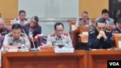 Kapolri Jenderal Tito Karnavian (tengah) dalam rapat kerja dengan Komisi III DPR di gedung MPR/DPR, Senayan, Jakarta, Rabu (12/10). (Fathiyah/VOA)