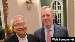 Giám mục Nguyễn Thái Hợp và Đại sứ Mỹ Ted Osius tại Hà Nội. (Ảnh chụp từ Facebook Ted Osius)