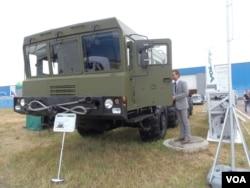 去年夏季的莫斯科武器展,白俄罗斯生产的汽车底盘,被用作俄罗斯伊斯康德尔战术导弹发射车 (美国之音白桦)