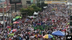 Pilgrims gather before the start of the beatification ceremony for Roman Catholic Archbishop Oscar Romero in San Salvador, Salvador, May 23, 2015.