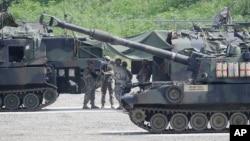 Arhiva - Američki vojnici pripremaju se za vojnu vežbu u Poćeonu, južno od demilitarizovane zone koja deli dve Koreje, 18. avgusta 2015.