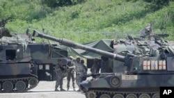 美国军人在朝鲜和韩国之间的停战区南部准备从事军事演习(2015年8月18日)