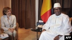 La ministre française de la Défense, Florence Parly (à gauche), rencontre le président malien, Ibrahim Boubacar Keita, au palais présidentiel de Bamako, le 1er août 2017.