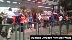 En toda Venezuela se registran largas filas de personas buscando comprar alimentos.