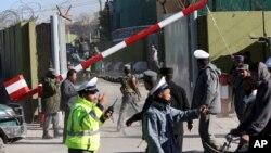 Cảnh sát Afghanistan xem xét hiện trường vụ đánh bom tự sát tại Kabul, ngày 9/11/2014.