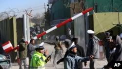 Polisi Afghanistan memeriksa lokasi bom bunuh diri di Kabul, Afghanistan, 9 November 2014.