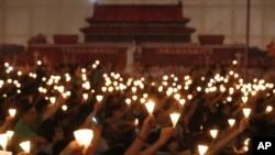 香港成千上万的民众在1989天安门事件23周年之际在维多利亚公园举行六四烛光纪念会。(2012年6月4日)