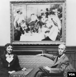 "Marjorie i Duncan Phillips ispred Renoirove slike ""Ručak na brodu"""