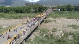 Cerca de 40 mil venezolanos cruzan todos los días los puentes fronterizos con Colombia en busca de alimentos o algún servicio médico.