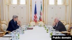 عکس آرشیوی از دیدار جان کری وزیر خارجه آمریکا و محمدجواد ظریف وزیر خارجه ایران در هتل کوبورگ وین، پایتخت اتریش - ۹ تیر ۱۳۹۴