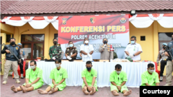 Lima tersangka kasus perdagangan satwa dilindungi saat dipaparkan di Polres Aceh Timur, Kamis 19 Agustus 2021. (Courtesy: Humas Polres Aceh Timur)