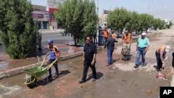 工作人員在襲擊過後清理現場