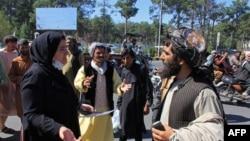 وائٹ ہاؤس کی ترجمان جین ساکی نے اس بات پر زور دیا کہ امریکہ نئی افغان حکومت پر عالمی منڈیوں اور اقتصادی امداد کے ذریعے اثر انداز ہوسکتا ہے۔