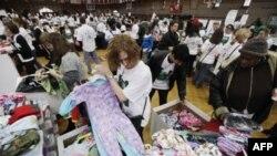 Volonteri Armije spasa razvrstavaju dečije pidžame iz donacija prikupljenih u Filadelfiji na dan Martina Lutera Kinga, 17. januara 2011.