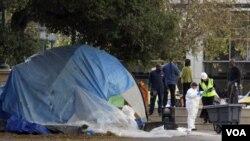Petugas meninjau dan membersihkan Frank Ogawa Plaza (14/11) Oakland, California dari tenda-tenda para pengunjuk rasa Occupy Oakland.