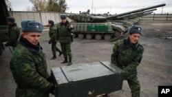 Pemberontak yang didukung Rusia mengeluarkan mortar berukuran 120 milimeter dari truk di dekat Luhansk, Ukraina Timur, 15 Oktober 2015 (Foto: dok).