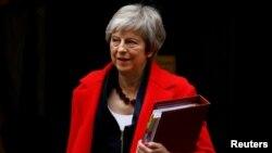 Perdana Menteri Inggris, Theresa May meninggalkan kantornya di 10 Downing Street, London, 28 November 2018.