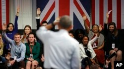 Presiden AS Barack Obama menjawab pertanyaan dalam audiensi dengan peserta program Young Leaders UK di Lindley Hall, London (23/4). (AP/Matt Dunham)
