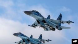 俄罗斯两架苏-27战斗机2018年12月6日飞越乌克兰一个军事基地。