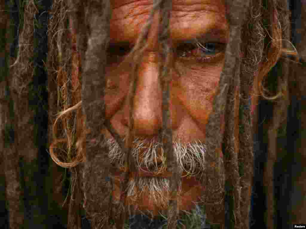 نیپال کے شہر کھٹمنڈو میں ہندووں کے مذہبی تہوارشیوراتری میں شریک ایک مذہبی پیشوا