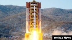 7일 북한 동창리 발사장에서 북한의 '광명성' 로켓이 솟아오르고 있다. 조선중앙통신이 보도한 사진.