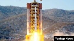 2016년 2월 7일 북한 동창리 서해위성발사장에서 광명성 4호가 발사되는 장면을 조선중앙통신이 보도했다.