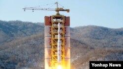 7일 북한 동창리 발사장에서 북한의 '광명성' 로켓이 솟아오르고 있다. 조선중앙통신 보도 사진.