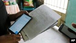 Leticia Luque calcula el tipo de cambio de la criptomoneda en Barquisimeto, Venezuela, el jueves 11 de abril de 2019. Photo: AP Foto/Manuel Rueda