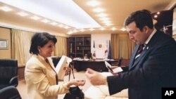 სააკაშვილი ზურაბიშვილს საქართველოს პასპორტს გადასცემს 2004