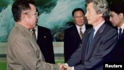 지난 2002년 9월 17일, 고이즈미 준이치로 당시 일본 총리(오른쪽)와 김정일 북한 국방위원장이 평양에서 정상회담을 갖고, 국교 정상화에 합의했다.