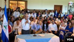 En uno de los intentos de unidad de la oposición nicaragüense, Luis Fley, dirigente de la Contra, suscribe el 25 de febrero de 2020 un acuerdo con otros opositores. Foto de Houston Castillo, VOA.