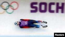 6일 러시아 소치 동계올림픽 개막을 하루 앞두고 남자 루지 종목에 출전하는 러시아의 세멘 파비첸코 선수가 경기장에서 훈련을 하고 있다.