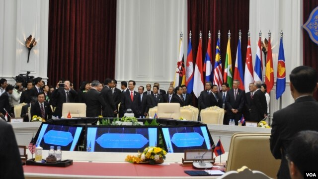 ASEAN leaders prepare for a group photo before the 15th ASEAN-China Summit in Phnom Penh's Peace Palace, Cambodia, November 19, 2012. (VOA Khmer/Sophat Soeung)