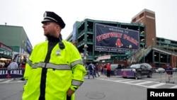 Polisi di Boston, AS, mengatur lalu lintas jalan dan pejalan kaki.