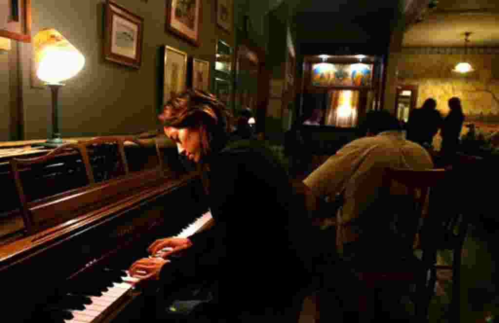 Singer-songwriter Vienna Teng, who started her career playing the Bazaar Cafe on California Street, revisited the site and played some piano and sang for the patrons, Wednesday, Nov. 8,2006 in San Francisco. (AP Photo/Dino Vournas)