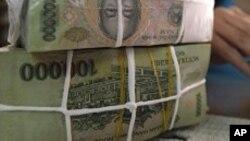 Ngân hàng Nhà nước Việt Nam đã phá giá đồng bạc 3 lần và nới rộng biên độ tỉ giá hối đoái với đồng đôla Mỹ hai lần.