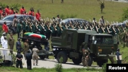 넬신 만델라 전 대통령의 시신을 실은 운구 행렬이 그의 고향마을 쿠누의 장지에 도착하고 있다.
