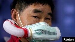 ووہان میں اگرچہ روزمرہ زندگی کی سرگرمیاں بحال ہو چکی ہیں، لیکن پھر بھی وائرس سے احتیاط کی جا رہی ہے۔ باربر بال کاٹنے کے دوران خصوصی ماسک استعمال کرتے ہیں۔ 12 اپریل 2020