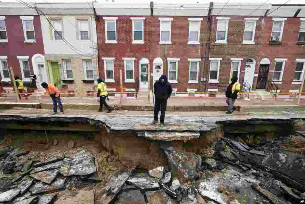شکستن یک لوله آب باعث ایجاد گودال بزرگی در شهر فیلادلفیا در ایالت پنسیلوانیا شد.
