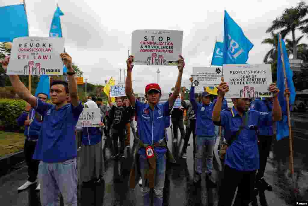 Los activistas marchan a la Embajada de Estados Unidos mientras protestan durante el Día Internacional de los Derechos Humanos en Yakarta.