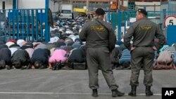 Sĩ quan cảnh sát Nga đứng canh gác trong lúc người Hồi giáo cầu nguyện bên ngoài nhà thờ Hồi giáo tại Moscow, ngày 28/9/2012.