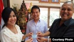 Cô Srinuan Saokhamnuan (trái) nhận thẻ công dân Thái Lan. (Joseph Quinnell)