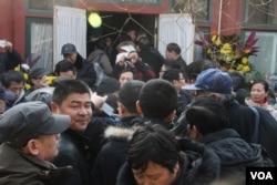 赵紫阳书房前的小院挤满上百位前来悼念的市民(美国之音东方拍摄)