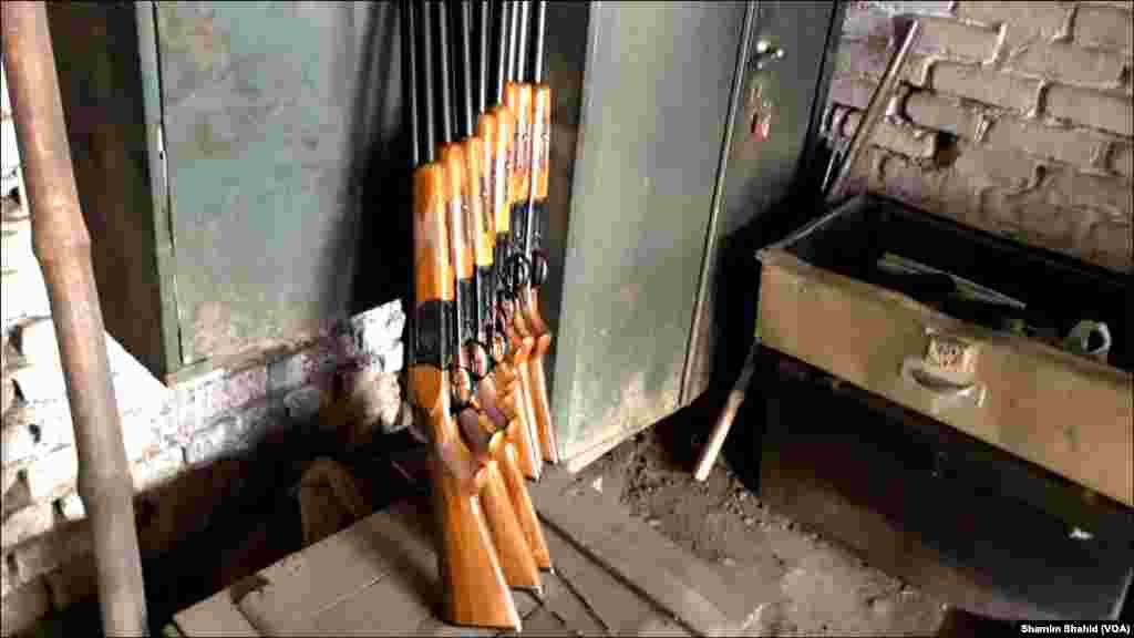 تیار اسلحہ: ابتدا میں درے میں روایتی ہتھیار جس میں مختلف اقسام کی بندوقیں اور پستولیں شامل ہیں بنتی تھیں لیکن وقت کے ساتھ ساتھ یہاں اسلحہ سازی کی صنعت کا رواج پڑتا چلا گیا۔