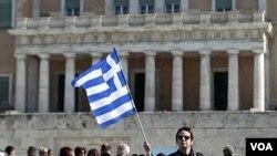 Para demonstran Yunani melakukan protes langkah penghematan di depan gedung parlemen di Athena (19/2).